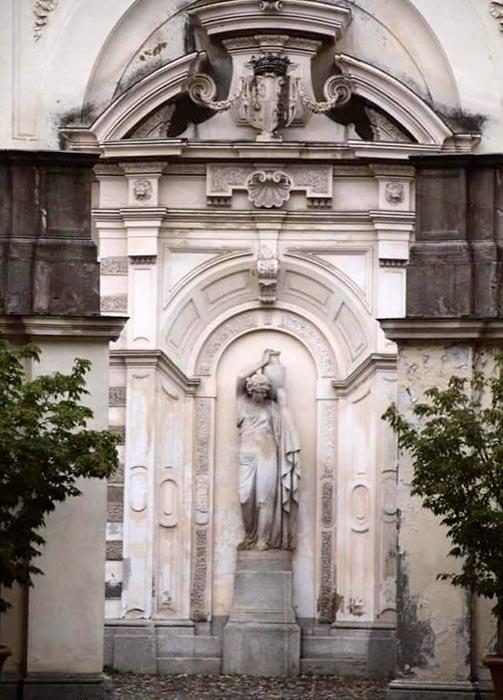 PALAZZO-BIRAGO-DI-BORGARO-statua-cortile
